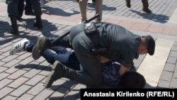 Мәскеудегі гейлер шеруіне қатысушының бірін Ресей полициясының ұстаған сәті. 28 мамыр 2011 ж.