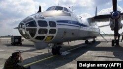 Брюсселдаги ҳарбий аэропортда турган Антонов самолёти, 13 август, 2002