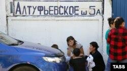Родственники погибших при пожаре в типографии в Москве 27 августа 2016 года.