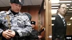 На процессе по делу об убийстве Андрея Козлова. Справа - главный обвиняемый Алексей Френкель