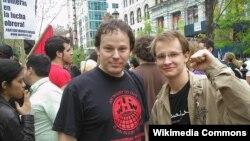 David Rolfe Graeber (solda) Nyu-Yorkda miqrantların hüquqları uğrunda aksiyada, may, 2007