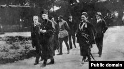 Гетьман Павло Скоропадський попереду (в чорній шапці) у дворі своєї резиденції. 1918 рік