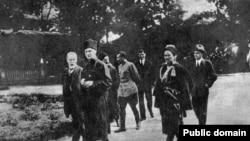 Гетьман Павло Скоропадський у дворі своєї резиденції. 1918 рік