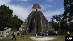 Qvatemalada turistlər maya məbədini ziyarət edirlər. 19 dekabr 2012-ci il.