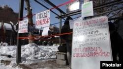 Протест против строительства киосков на простпекте Маштоца в центре Ереване, 13 февраля 2012 г.