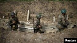 ԼՂ ՊԲ զինծառայողները շփման գծում մարտական հերթապահության ժամանակ, ապրիլ, 2016թ.