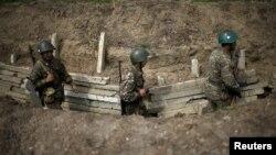 ԼՂ ՊԲ զինծառայողները շփման գծում մարտական հերթապահության ժամանակ, ապրիլ, 2016թ․