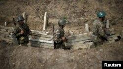 ԼՂ ՊԲ զինծառայողները շփման գծում, ապրիլ, 2016թ․