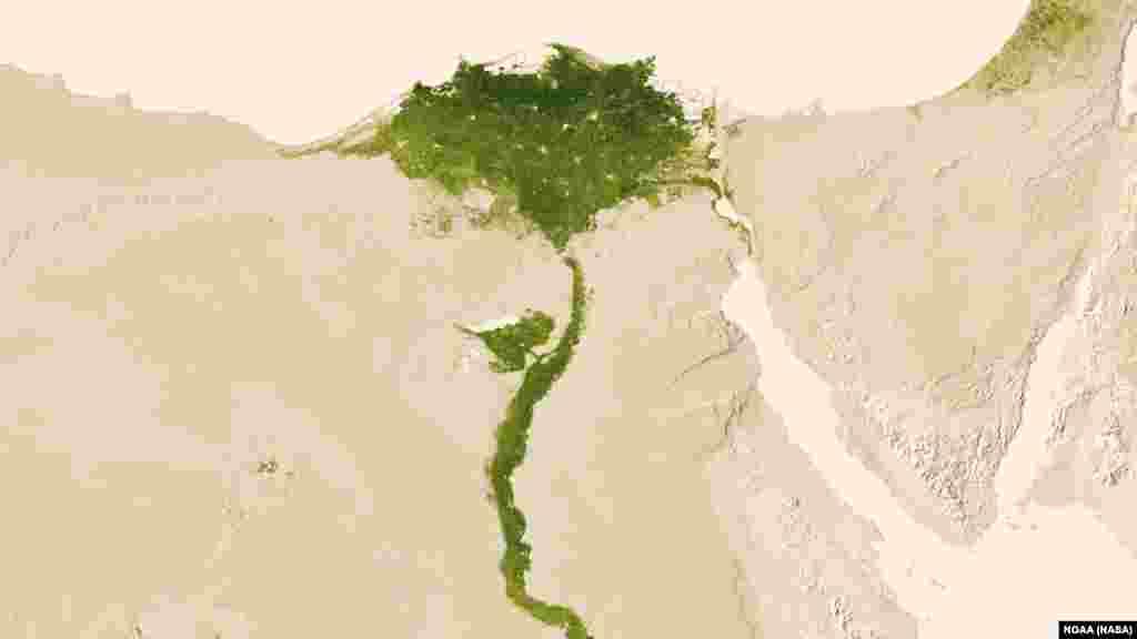 Müsüriň çöllükleriniň arasynda Nil derýasy regiony suw bilen üpjün edýär. Surat 2012-nji ýylyň 9-15-nji iýuly aralygynda düşürildi.