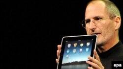 iPad ning birinchi avlodi taniqli Stiv Jobs tarafidan 2010 yili taqdim etilgan edi.