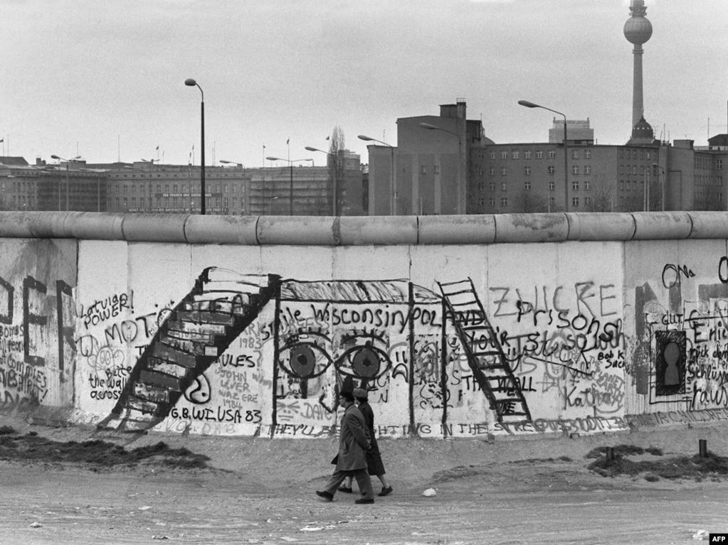 Західний бік стіни став свого роду картинною галереєю – свої графіті і малюнки на ній залишали художники і туристи з усього світу. Східна сторона, яка ретельно охоронялася, залишалася чистою. (Фото зроблене 29 квітня 1984 року)