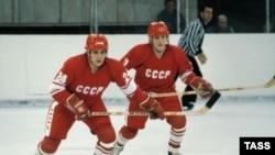 Добьются ли российские хоккеисты того, чего добивались их предшественники времен Сергея Макарова (слева) и Виктора Тюменева?