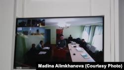 На фото с монитора в суде — находящийся в тюрьме в Алматинской области осуждённый бывший глава агентства КазТАГ Асет Матаев участвует по видеосвязи в суде по рассмотрению его ходатайства об облегчении ему меры наказания. Капшагай, 16 марта 2018 года.