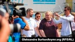 Брат Евгения Панова Игорь Котелянец с мамой в аэропорту «Борисполь» ждут прибытия самолета с украинцами, 7 сентября 2019 года
