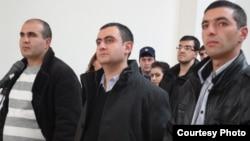 Ձախից՝ աջ. Մուսա Սերոբյանը, Արայիկ Զալյանը եւ Ռազմիկ Սարգսյանը Շիրակի մարզի դատարանում լսում են իրենց արդարացման դատավճիռը, 18-ը դեկտեմբերի, 2013թ.