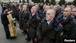 Украина армиясына алынған азаматтар мен діни қызметкер. Киев, 16 қараша 2013 жыл. (Көрнекі сурет)