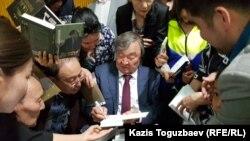 Поэт и писатель 83-летний Олжас Сулейменов раздает автографы своим поклонникам, пришедшим на презентацию книги «Олжас и Я». Алматы, 18 мая 2019 года.