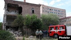 Partlayış baş vermiş binanın dağıntıları. Yerevan, 29 may 2012-ci il.