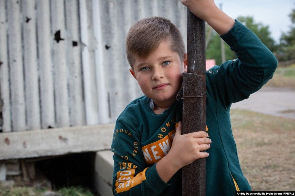 Давид хочет стать адвокатом и уехать к морю. Забор за их домом в Луганском изрешечен осколками мин