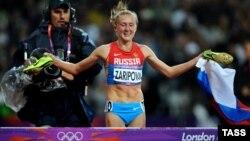 Ռուսաստանցի աթլետ Յուլիա Զարիպովան տոնում է հաղթանակը Լոնդոնի Օլիմպիադայում, 6-ը օգոստոսի, 2012թ․