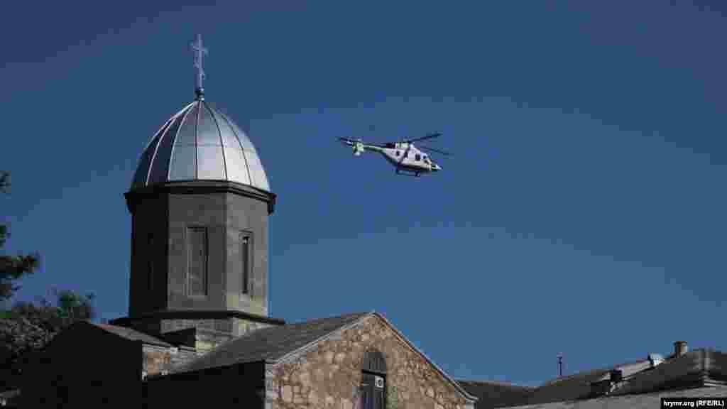 Медицинский вертолет над Храмом Иверской иконы Божьей Матери. Вертолетная площадка находится неподалеку, у городской больницы
