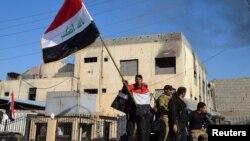 Поднятие государственного флага Ирака у правительственного здания. Рамади, 28 декабря 2015 года.
