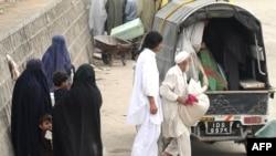 هزاران غیرنظامی خانه و زندگی خود در سوات را رها کرده و پا به فرار گذاشتهاند.