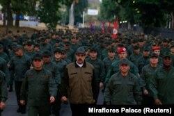 Николас Мадуро в окружении верных бойцов