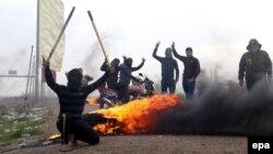 Al-Qaeda yaraqlıları ilə savaşan İraqın təhlükəsizlik qüvvələri və sünni tayfa üzvləri