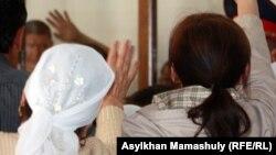 Родственники здороваются с подсудимыми по делу о событиях на станции Шетпе. Актау, 17 апреля 2012 года.