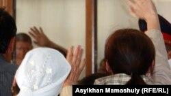 Шетпе оқиғасы бойынша айыпталушы сот залында туыстарымен амандасып тұр. Ақтау, 17 сәуір 2012 жыл.