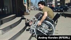 Сочи. Инвалид пытается въехать на ступеньку