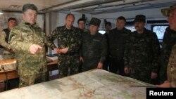 Украина президенті Петр Порошенко (сол жақта) әскерилермен бірге. Святогорск қаласы, 20 маусым 2014 жыл.