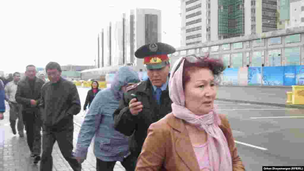 Офицер полиции докладывает по телефону о действиях активистов движения «ипотечников». Астана, 22 мая 2013 года.