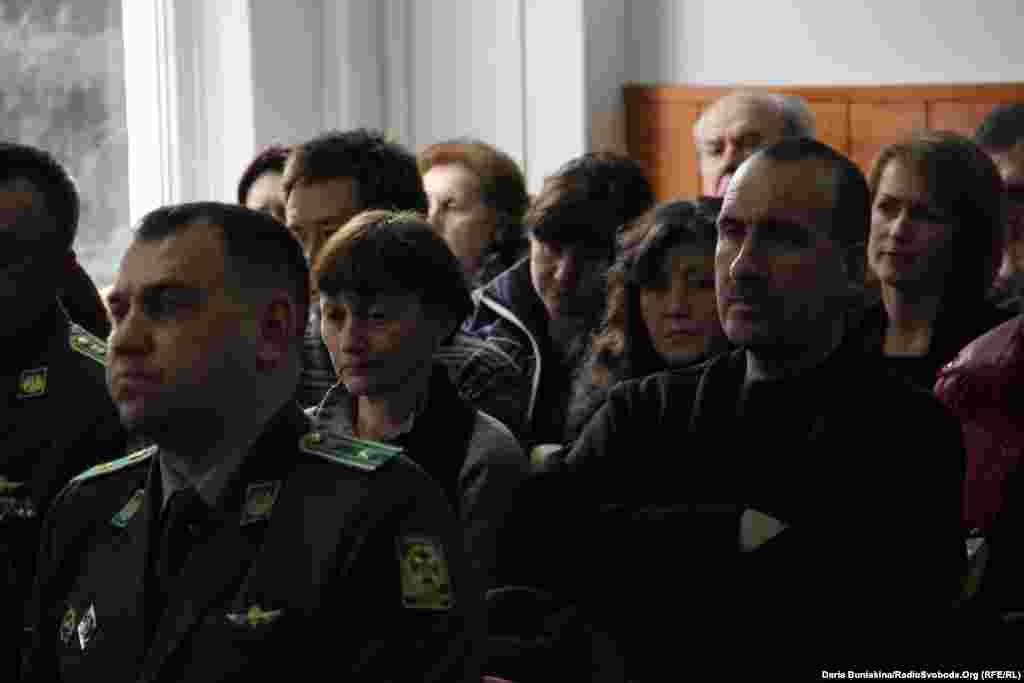 Родичі військовослужбовців під час поіменного згадування кожного загиблого в залі засідань