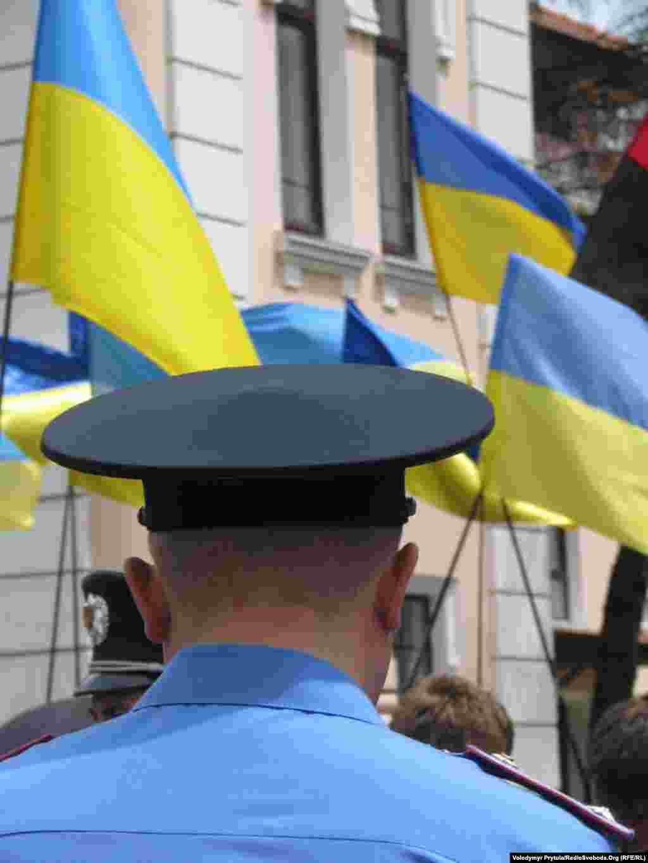 Звернення учасників акції на захист української мови передали до Представництва Президента України в Криму.