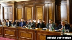 Armenia - Central Bank Governor Artur Javadian (R) speaks at Prime Minister Karen Karapetian's meeting with Armenia's top bankers in Yerevan, 27Sep2016.