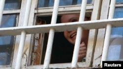 Юлия Тимошенко выглядывает из тюремного окошка