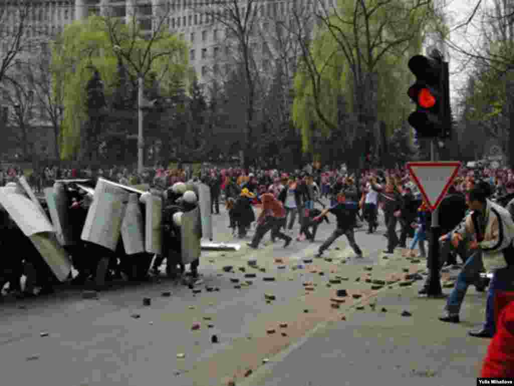 В Кишиневе 7 апреля 2009 года произошли столкновения демонстрантов с полицией. Оппозиция требует отменить итоги парламентских выборов 5 апреля, на которых победили коммунисты.