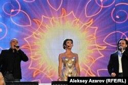 Дарыга Назарбаева сьпявае з Хорам Турэцкага ў Алмаце, 2013 год