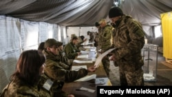 Первый тур президентских выборов на Украине. Голосование в одной из воинских частей в Донецкой области. 31 марта