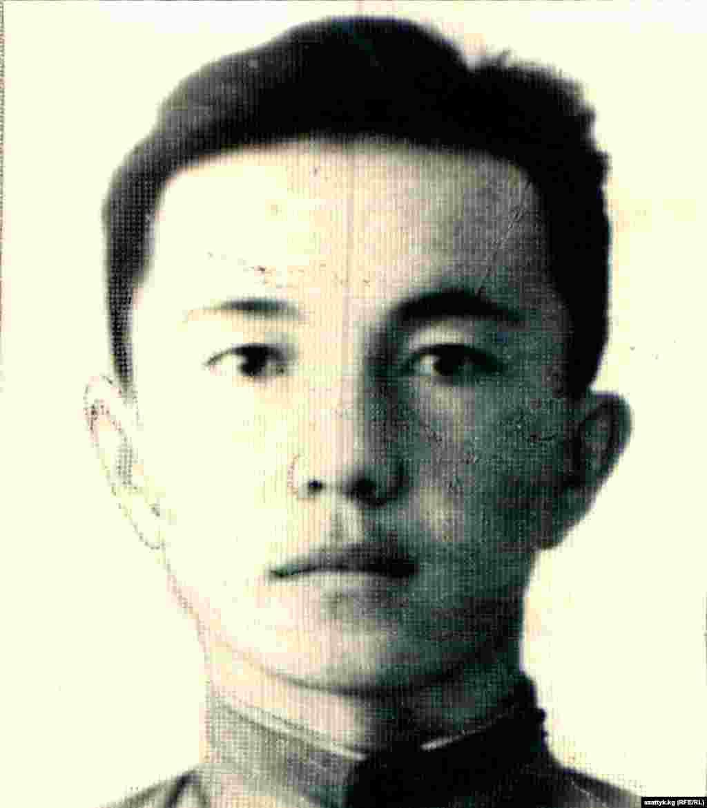 """Сооронбай Жусуевдин майданда жүрүп жазган """"Алдыга жүргүн кыргыздар!"""" деген ыры """"Ала-Тоо"""" журналынын 1943-жылдагы 12-санына жарыяланган."""