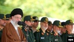 İranın Ali dni lideri Ayatollah Ali Khamenei (solda)
