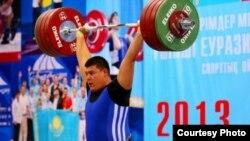 Ауыр атлетикадан жасөспірімдер арасында Азия чемпионы Селімхан Әубәкіров.