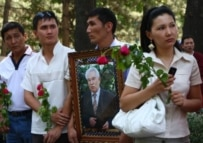 Mourners lined the streets of Bishkek to honor Aitmatov (RFE/RL)