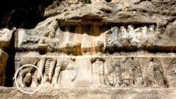 سارقین بخشی از سنگ نگاره (درون دایره) را در سودای یافتن گنج تخریب کردند