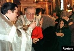Архівне фото: причастя в Володимирському соборі, Київ, 7 січня 1999 року