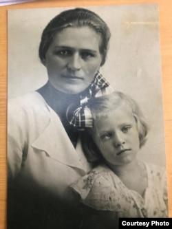 Анна Герман апасы Ирма Мартенс менен.