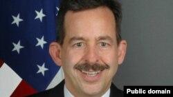 استیون مال در سال ۱۹۸۲ کار خود را در وزارت خارجه آمریکا آغاز کرد.