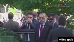 Реджеп Тайїп Ердоган спостерігає за бійкою його охорони з демонстрантами у Вашингтоні 16 травня 2017 року, відеокадр